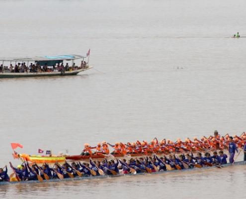La course de pirogues du festival des pirogues au Laos
