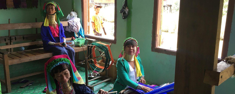 Les femmes girafes de Birmanie au travail du tissage