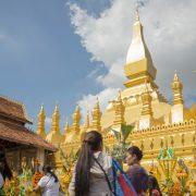 Les pèlerins apportent des offrandes au Pha That Luang