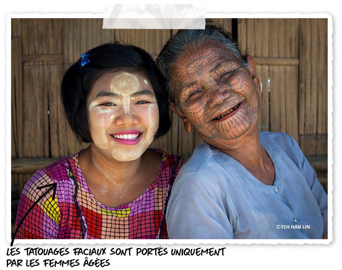 Les personnes âgées portent le tatouage facial